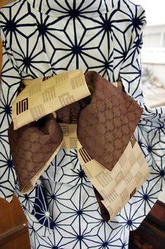 ベージュ地に、ブラウンで織り出された源氏香模様がナチュラルモダンな半幅帯です。