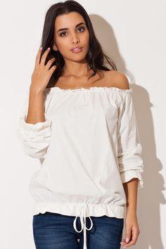 Comment s'habiller quand on a une petite poitrine ? Attirez les regards sur la sensualité de vos épaules avec une jolie blouse à l'esprit un peu bohème.