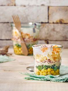 Schichtsalat ist ein Klassiker der Salatküche, der sich schnell zubereiten lässt und auch viel fürs Auge bietet. EDEKA verrät die besten Rezepte und Tipps!
