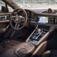 Porsche Panamera Sport Turismo 2018  Salão de Genebra marca o crescimento da família Panamera agora com mais uma versão de carroceria. O novo Sport Turismo vai se juntar ao Panamera 4 Panamera 4S Panamera 4S Diesel Panamera 4 E-Hybrid e Panamera Turbo. A nova opcão torna-se o primeiro Panamera com três lugares no banco de trás.  O veículo tem 5.049 milímetros de comprimento 1.428 milímetros de altura e 1.937 milímetros de largura enquanto a grande distância entre eixos chega a 2.950…