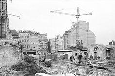 Odbudowywane kamienice i robotnicy budowlani. Widok z lat 1952-53 w kierunku strony Dekerta na Rynku Starego Miasta