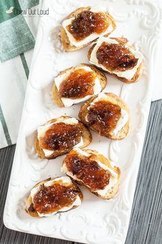 14 Lazy Holiday Appetizers That Are Actually Impressive Brie fig crostini 14 Lazy Holiday Recipes That'll Make People Think You're A Chef Finger Food Appetizers, Yummy Appetizers, Easy Holiday Appetizers, Cocktail Party Appetizers, Simple Appetizers, Thanksgiving Appetizers, Thanksgiving Recipes, Brunch Finger Foods, Wine Appetizers