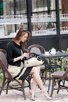 Street fashion has developed from the grassroots, not in a style studio. Street fashion is closely linked to the youth and the way in which they decid. Coffee Shop Photography, Moda Formal, Parisienne Chic, Cafe Style, Paris Cafe, Coffee Girl, Stock Foto, Korean Street Fashion, Poses