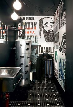 Em vez de ser escondido, o lavabo ganhou adesivos comprados em Londres. Os cartazes lambe-lambe foram garimpados em gráficas pela arquiteta Bruna Riscali