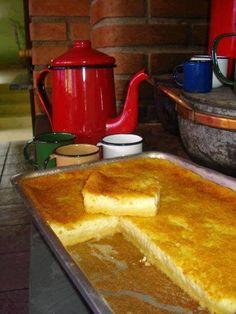 INGREDIENTES 3 xícaras (chá) de açúcar 1 e 1/2 xícara (chá) de fubá 1 e 1/4 colheres (sopa) de farinha de trigo 2 colheres (sopa) de margarina 3 ovos 1 colher (sopa) de fermento 4 xícaras de leite Raspas de limão a gosto 1 pires bem cheio de queijo ralado