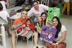 Familias reunidas alrededor del arte en Cafe Pintado Ceramicafe Cali Colombia.