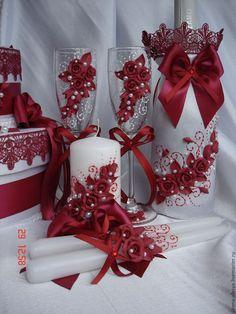 Birthday Wine Glasses, Wedding Wine Glasses, Wedding Champagne Flutes, Wedding Bottles, Wedding Ceiling Decorations, Diy Birthday Decorations, Wine Glass Crafts, Bottle Crafts, Wedding Table Centres