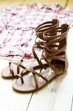 Sandals Summer - Simply Strapping Gladiator Sandals Great Sandal For The Summer Sizes: 4 - There is nothing more comfortable and cool to wear on your feet during the heat season than some flat sandals. Cute Sandals, Cute Shoes, Me Too Shoes, Shoes Sandals, Flat Sandals, Strappy Sandals, Sandal Heels, Leather Sandals, Summer Shoes