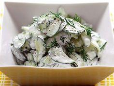 Komkommer salade recept  2 kleine stevige komkommers 100 ml zure room of dikke yoghurt (hangop) 1 eetlepel mayonaise peper, zout, suiker, olijfolie, citroensap naar smaak dille of muntblaadjes