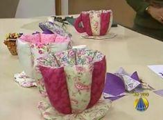 Sabia que a partir de retalhos você pode criar uma linda xícara de pano? Fica muito fofinha e você p