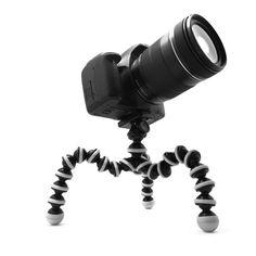TRIPODE TITAN PARA REFLEX Y CAMARAS DEPORTIVASEl trípode TITAN para réflex y cámaras deportivas (incluido GoPro) es un trípode flexible que permite doblar sus patas para poder enroscarlas y engancharlas alrededor de superficies donde otros trípodes sería imposible colocarlos.  Perfecto para cámaras compactas, smartphones (con el adaptador adecuado), cámaras híbridas/CSC/Evil, cámaras deportivas con enganche tipo GoPro gracias al adaptador incluido junto al trípode.