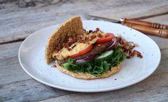 Heimelaga burger med maiskrem og bacon Bacon, Ethnic Recipes, Food, Eten, Meals, Diet