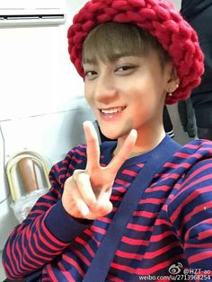 He's wearing the same beanie youngji was wearing on roommate lol. Was made for her #tao