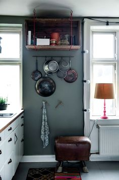 Michael Rydal Ravn sværger til farver på væggene, fordi det hygger. Og  nye møbler er absolut sidste udvej, for historie og patina er da meget  sjovere. Hans og Thomas' inspirerende hjem er i det hele taget fyldt med unikke fund og geniale gør det selv-løsninger.
