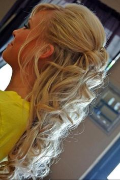 So pretty...wish I could use a curling iron correctly because my hair is prefect for this...