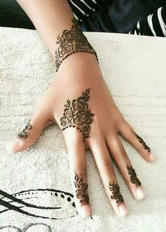 Get Simple Henna Mehndi Designs Pictures with Step by Step. We Have Added Beautiful and Simple Mehndi Designs Images and Photos of All Types of Mehndi. Rose Mehndi Designs, Finger Henna Designs, Mehndi Designs 2018, Mehndi Designs For Fingers, Simple Mehndi Designs, Tattoo Designs For Girls, Hena Designs, Henna Tattoo Designs Arm, Simple Henna Tattoo