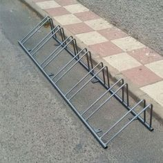 I could use tubing for base and rebar or smooth rod for rack. Diy Bike Rack, Bike Holder, Bicycle Storage, Bicycle Rack, Rack Design, Bike Design, Garage Velo, Bicycle Stand, Welding And Fabrication