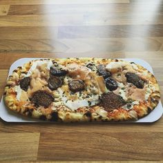 If you're cutting and you are willing to spend a bit of extra money then get down to @marksandspencer asap. . Wood fired ultra thin pizza - prosciutto crudo Italian semi-dried figs mozzarella cheese and a drizzle of balsamic vinegar . .  Calories 385 Protein 20.5 Fat 14.3 Carb 42. .  Such good food from M&S and they have a massive range of 'balanced for you' meals which taste amazing and will fit even dem poverty macros lol!  #iifym #flexibledieting #ifitfitsyourmacros #macros #nutrition…