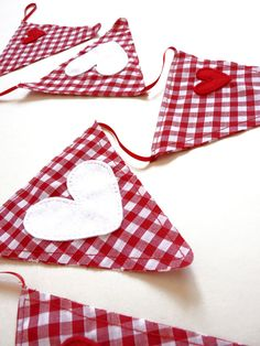 Festive Red and White Gingham Christmas Bunting with Red and White Felt Heart Embellishments Feet) - Holiday Decor. via Etsy. Fabric Garland, Bunting Garland, Fabric Bunting, Bunting Banner, Christmas Bunting, Red Christmas, Christmas Crafts, Mobiles, Sewing Crafts
