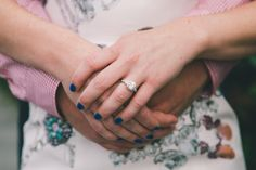 manos pareja anillo compromiso
