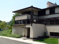 Frank Lloyd Write house with sleeping porch. Emphasis is on the horizontal line, both roof and windows are horizontal to ground.= prairie