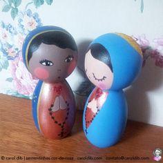 Nossa Senhora bonequinha de madeira por Carol Dib | Estúdio Sementinhas Cor-de-Rosa. Nossa Senhora Aparecida e Nossa Senhora Manto Azul. Encomendas: contato@caroldib.com.