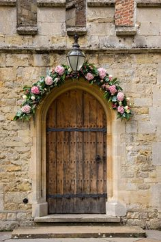 Take care of every detail. We love this church door flower decoration♡ ♡
