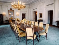 's Top 10 : The White House - State Dining Room As many as 140 guests may enjoy the president's hospitality in this formal dining room. White House Usa, White House Interior, White House Tour, White House Washington Dc, Blair House, Les Kennedy, Jaqueline Kennedy, Famous Architecture, Grand Staircase