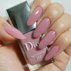 mano y uñas color nude con esmalte dior