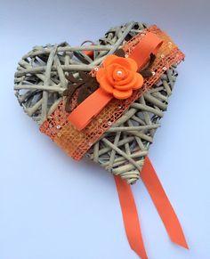 Regali alle maestre - Cuori di vimini @LumacaMatta Pine Cone Decorations, Christmas Decorations, Heart Knot, Wicker Hearts, Newspaper Crafts, Heart Crafts, Diy Crafts For Gifts, Xmas Cards, Rustic Christmas