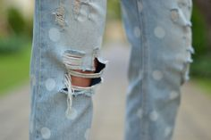 distressed and dotted Distressed Jeans Outfit, Distressed Denim, Summer Denim, Jean Outfits, Look Cool, Blue Jeans, Summer Outfits, Polka Dots, Street Style