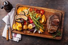 Club Beef steak with pepper sauce and Grilled vegetables on cutting board on dark wooden background - The Picture Pantry Food Stock Photo Library Beef Rib Roast, Ribeye Roast, Prime Rib Roast, Beef Ribs, Beef Steak, Receta Bbq, Grilled Beef, Clean Eating Dinner, Dinner Ideas