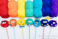 Monstruitos con pompones de lana Pencil Topper Crafts, Pencil Toppers, Pom Pom Crafts, Yarn Crafts, Paper Crafts, Monster 1st Birthdays, Monster Birthday Parties, Craft Stick Crafts, Diy And Crafts