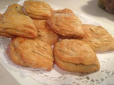 Börek açamam demeyin. Bu mucize böreği açıyor, sarıyor, dilimliyorsunuz. El açması midye böreğiniz hazır oluyor. Hamuru istediğiniz zaman... Pastry Recipes, Cake Recipes, Snack Recipes, Cooking Recipes, Snacks, Potato Pasta, Bread And Pastries, Homemade Desserts, Turkish Recipes