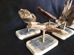 Sculpture en bois flotté Série de petites sculptures uniques en bois flotté sur socle en bois vintage. Chaque pièce propose de mettre en valeur un jolie bois flotté de forme ou de texture intéressante.  Bois : Un bois flotté ramassé sur les plages du Finistère Sud. Un socle en bois taillé dans une vieille planche de bateau. L'aspect vintage est authentique  Dimensions : Hauteur moyenne : 15 cm Largeur moyenne : 8 cm Profondeur moyenne : 10 cm