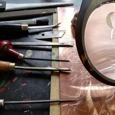 銅板に直接、ビュランという金属用彫刻刀で彫り、描画していきます。カッターの刃は板を滑らせてバリを取るのに使います。#版画アマビエ #現代版画頒布 #林孝彦 #hayashitakahiko #A4版画 Leave Early, Deceit, Being A Landlord, The Magicians, Pure Products