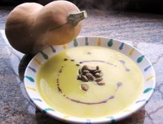 Für die Kürbissuppe Kartoffeln und Kürbis in Würfel schneiden. Zwiebel und Knoblauch klein schneiden und im Olivenöl glasig andünsten. Kartoffel-