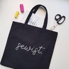 """Černá je černá! Konečně taška která mi bude ladit ke všemu 🖤 Ani nevím proč jsem s její výrobou tak otálela, když pak byla ušitá do půl hodiny 🤔 A protože jsem zároveň vždycky chtěla tašku s nápisem, který mě vystihuje, spojila jsem dva v jedno.  Sewist = internet nabízí několik druhů vysvětlení tohoto pojmu, mě se nejvíc líbí """"badass seamstress"""" 😁  #šití #šiju #šijeme #sicistroj #ceskamoda #sijurada #dnesnosim #sikulka #sikulici #dnessiju #dnestvorim #vyrobenovcesku #czechgirl #sewing #sitic Reusable Tote Bags, Internet"""