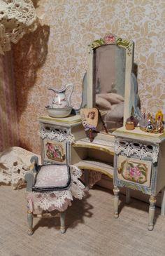 Tocador casita de muñecas / Mirror table dollhouse de aurearte en Etsy Fairy Houses, Doll Houses, Dressing Tables, Fashion Royalty Dolls, Mini Things, Miniature Dollhouse, Miniature Furniture, Miniture Things, Life Inspiration