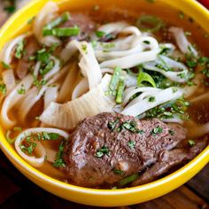 Homemade beef pho on a weeknight? YES! With a few shortcuts, this quick Vietnamese beef pho from Simply Recipes is ready in under and hour. Searing the beef in a hot skillet also adds great flavor! Simply Recipes, Fall Recipes, Asian Recipes, Dinner Recipes, Dinner Ideas, Duck Sauce, Fish Sauce, Onion Sprouts, Pad Thai Noodles
