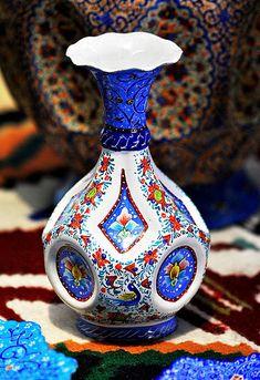 VASO IRANIANO REALIZZATO A MANO  da http://it.wikipedia.org/wiki/File:Iranian_handicraft.jpg