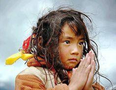 Tibet Little Prayer Precious Children, Beautiful Children, Beautiful People, Art Photography Portrait, People Photography, Kids Around The World, People Around The World, Redheads Freckles, Little Buddha