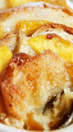 Peach Bread Pudding with Warm Brown Sugar Sauce is very soft and gentle. Peach Bread Pudding turns out very juicy, fragrant and Köstliche Desserts, Delicious Desserts, Yummy Food, Southern Desserts, Peach Bread Puddings, Rice Puddings, Bread Pudding Recipes, Bread Pudding Sauce, Mousse