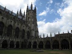 Catedral de Canterbury. Inglaterra, siglos XII-XIII . Claustro formado por cuatro pandas de más de seis tramos.