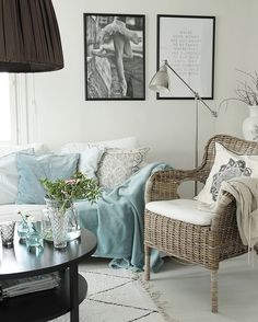 Rottinkiset kalusteet ja pehmeät tekstiilit lisäävät kodikkuutta tilan sisustuksessa.