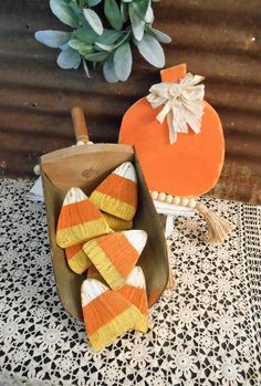 Rustic Wood Crafts, Fall Wood Crafts, Primitive Wood Crafts, Rustic Fall Decor, Diy Crafts To Do, Thanksgiving Crafts, Wooden Crafts, Fall Halloween, Halloween Crafts