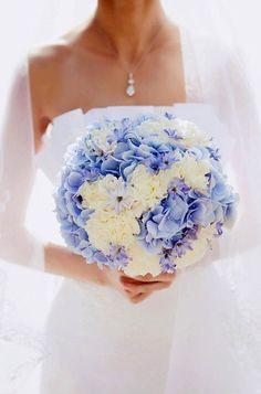 Wunderschöner Strauß mit Hortensien... Heller Brautstrauß mit weißen Blüten und blauen Hortensien, vereinzelt mit kleinen violetten Hyazinthen durchsetzt