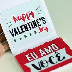 """No post de hoje trago um cartão com camadas, várias frases e fotos para presentear no Valentine's Day que tá chegando aí, dia 14 de Fevereiro!♥ Assim que é aberto vem a frase """"Eu amo você"""", e dentro algumas fichas com os motivos de tanto amor; assim como algumas fichas com fotos do casal. Veja como é:     MOLDES >>> Baixe seu molde: AQUI<<<  PAPEL: Imprima seu molde em qualquer papel de alta gramatura que seja compatível com a sua impressora. Eu usei o fotográfico fosco 200 g/m². Outras…"""