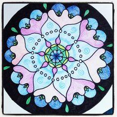 Mandala met zwarte stift en kleurpotloden. Door A-typist. #Mandala #Zentangle