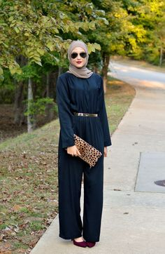 Jumpsuit styles are good options for women that love dressing in loose fitting dresses. Women that are into Hijab fashion or modest fashion will enjoy wearing… Islamic Fashion, Muslim Fashion, Modest Fashion, Women's Fashion Dresses, Jumpsuit Hijab, Jumpsuit Outfit, Hijab Dress, Hijab Chic, Casual Hijab Outfit